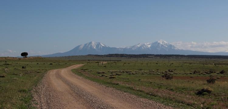 Zwei große berge in der Ferne