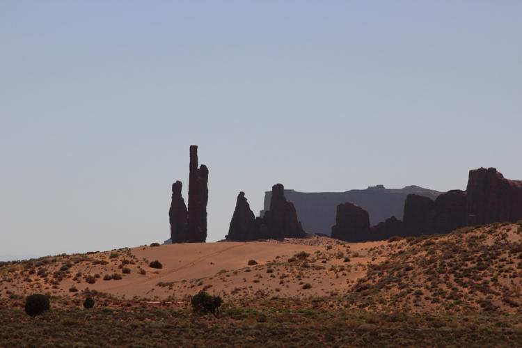 Felstürme und Sanddünen im Monument Valley